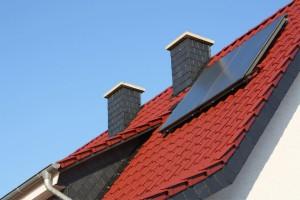 Rotes Dach mit Solarzellen