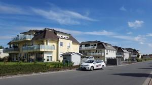 Hellgelbes Haus mit dunkelbraunem Dach