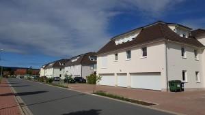Hellrosanes Haus mit dunkelbraunem Dach