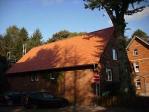 Backsteinhaus mit rotem Dach
