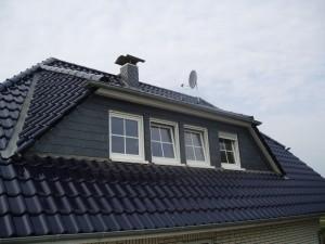 Schwarzes Dach mit 3-Fenster-Erker