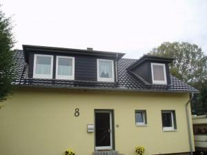 Gelbes Haus mit schwarzem Dach