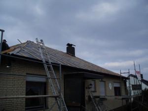 Beiges Haus mit freigelegtem Dach