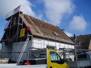 Ein Dach in Arbeit; die Dachlatten sind zu sehen