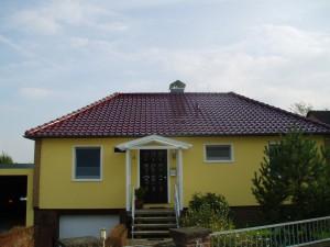 Gelbes Haus mit rotem Dach