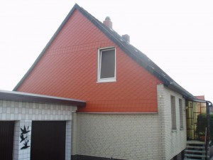 Weißes Haus mit schwarzem Dach