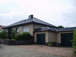 Beiges Haus mit schwarzem Dach