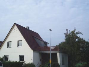 Weißes Haus mit rotem Dach