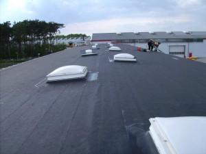 Dachdeckerarbeiten an einem Flachdach