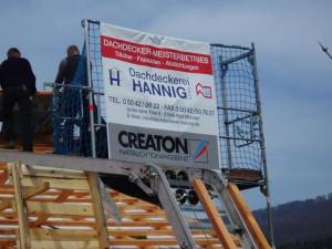 Dachdeckerei Hannig Firmenschild auf einem Dachstuhl