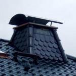 Ein schwarzer Schornstein mit Abdeckung