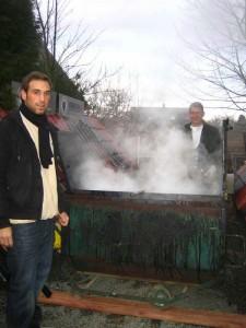 Fleisch wird in Metallwagen geräuchert